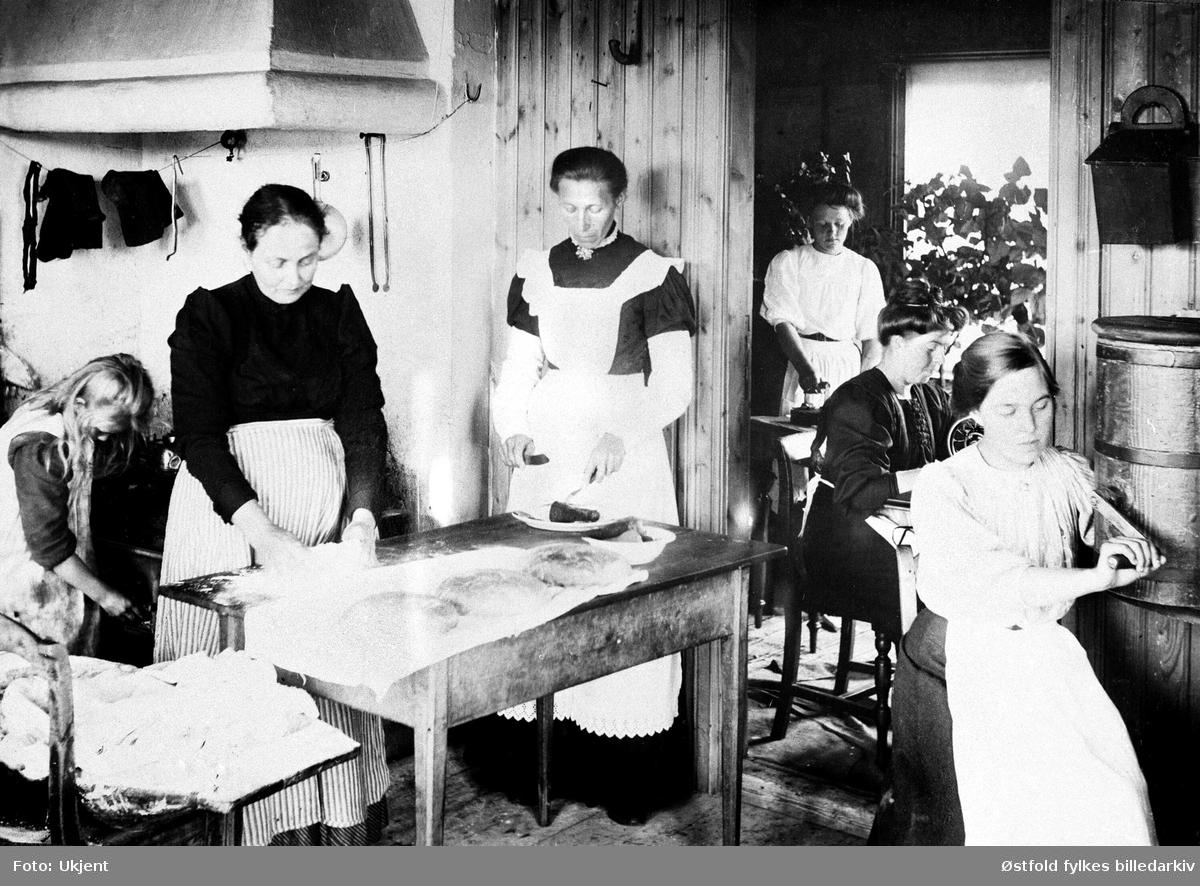 Tukkun, begravelsesforberedelser på kjøkkenen (Øst-Tukken) i Rømskog 1915. Fra venstre: Ester Ringsby, Hanna Ringsby, Frida Ringsby, to svenske jenter inenfor døre til siderommet, Olga Ringsby.