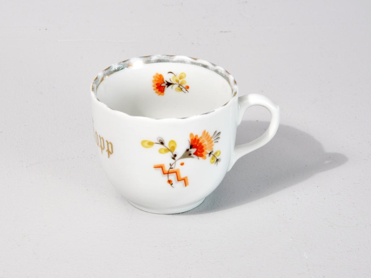 Kaffikopp med bølgeforma kant - stilisert blomster dekor.