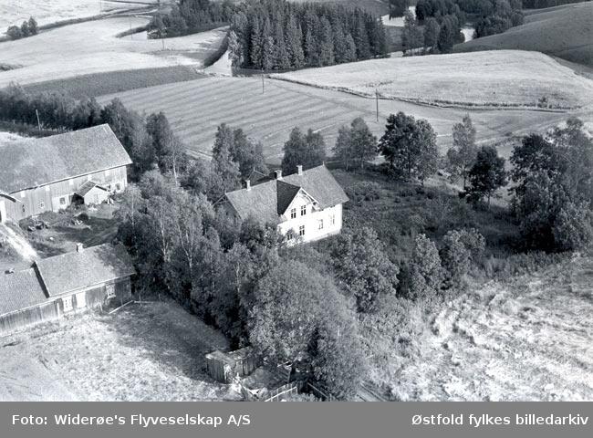 Skråfoto av Nordby gård i Rakkestad fra  1. september 1956. Nordby gnr 217.001 eier Alvilde Nordby ligger ved Os Kirke.