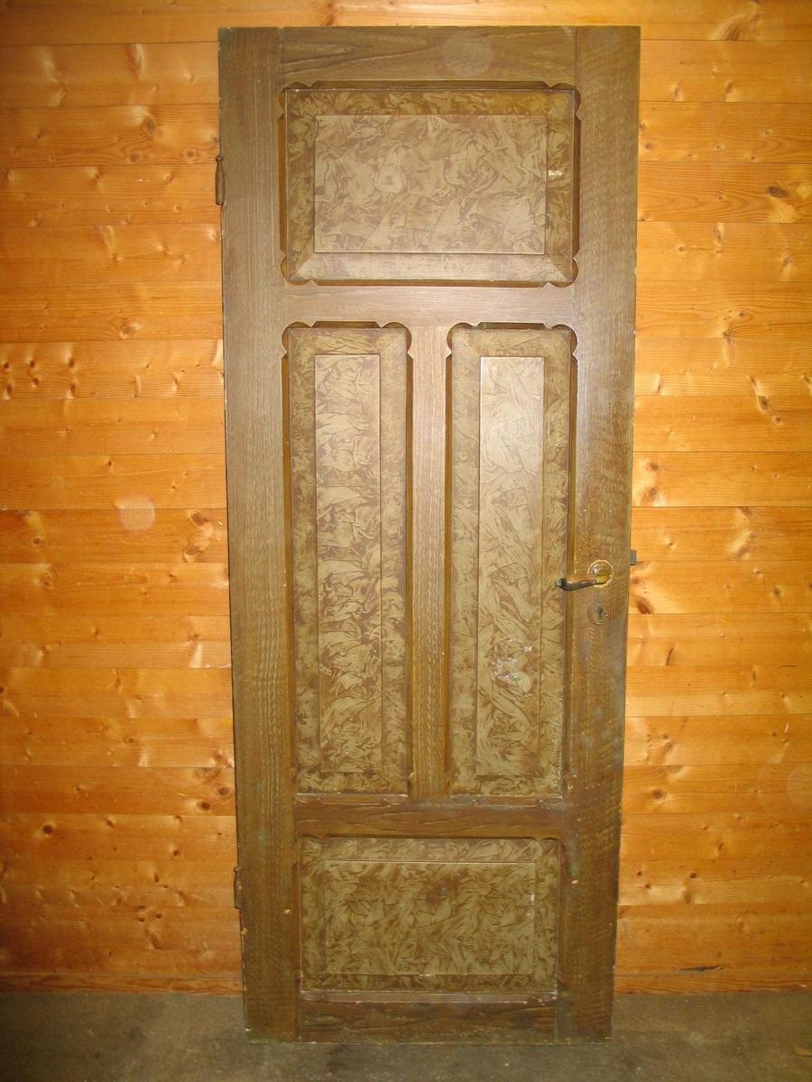Døra er marmorert på eine sida, ådra på den andre