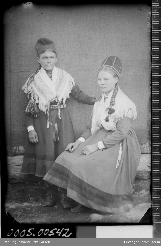 Portrett av to kvinner iført samiske klær.