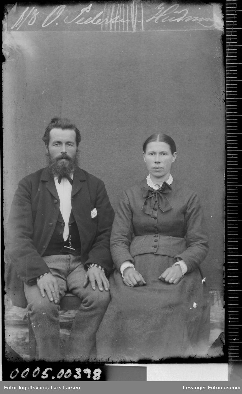 Portrett av mann og kvinne i tilnærmet helfigur.