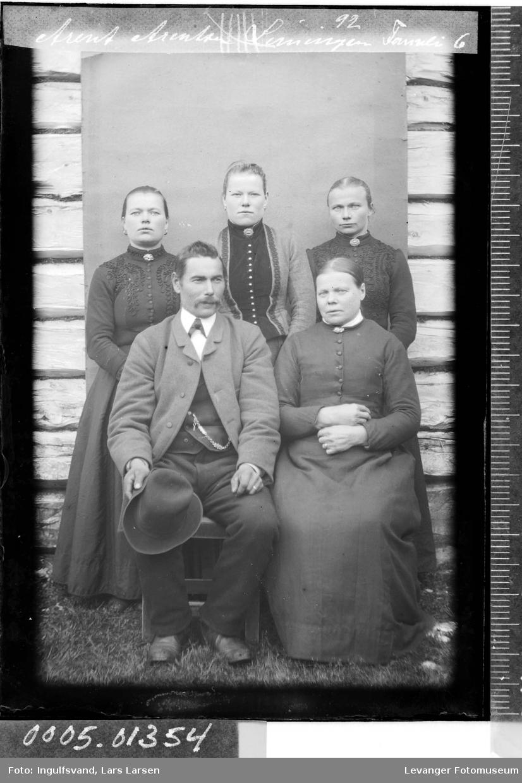 Gruppebilde av fire kvinner og en mann.