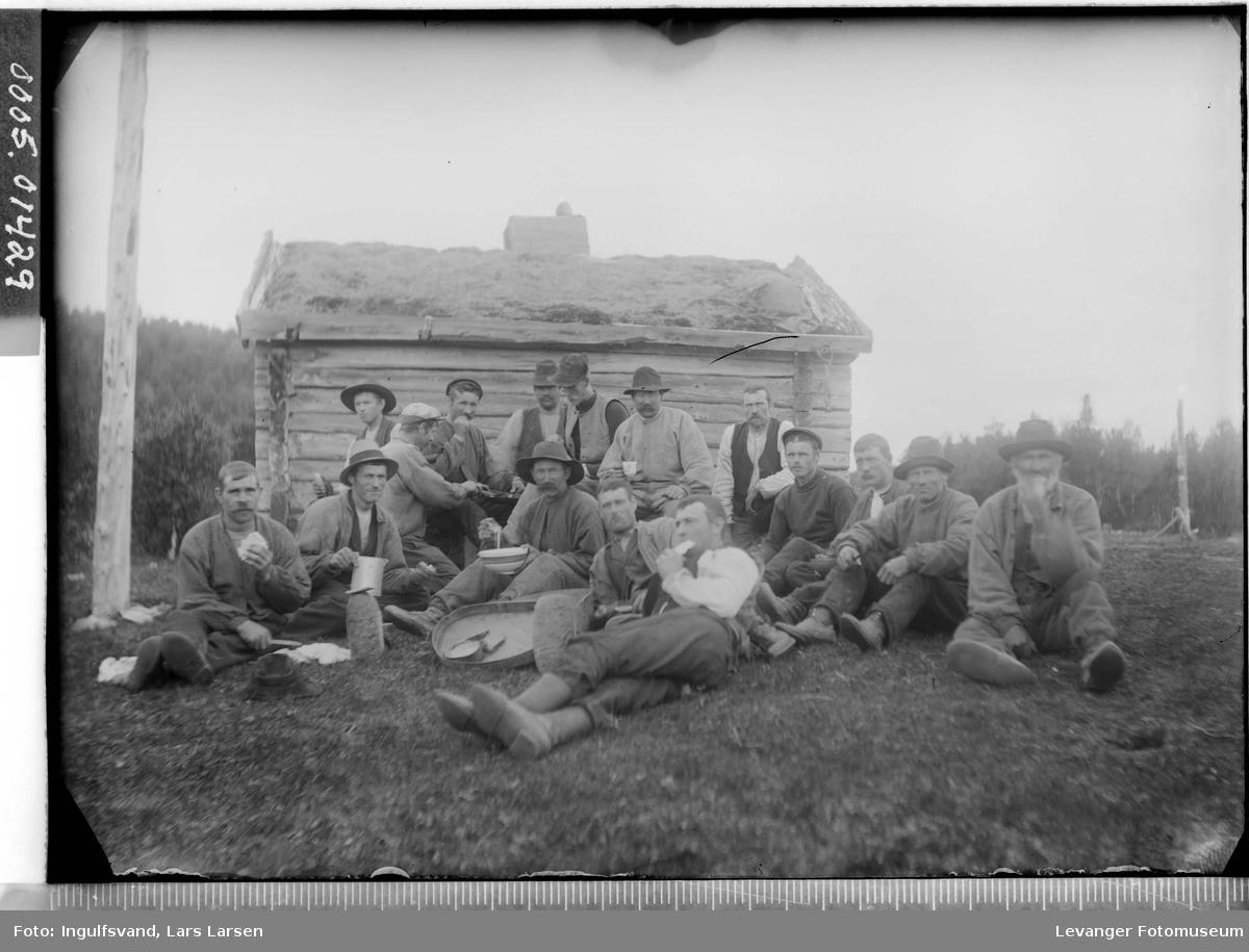 En gruppe vegarbeidere som har matpause.