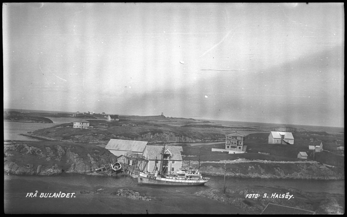 Frå Bulandet, Fedøy, Sandøy i bakgrunnen. Kutteren SF 60 A Mk Havblink, byggeår 1934 var eigd av Thomas A Fedøy m. fl., Bulandet