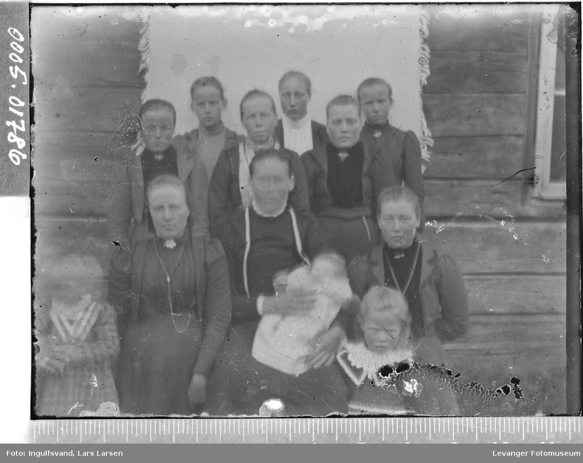 Gruppebilde av ni kvinner og tre barn.