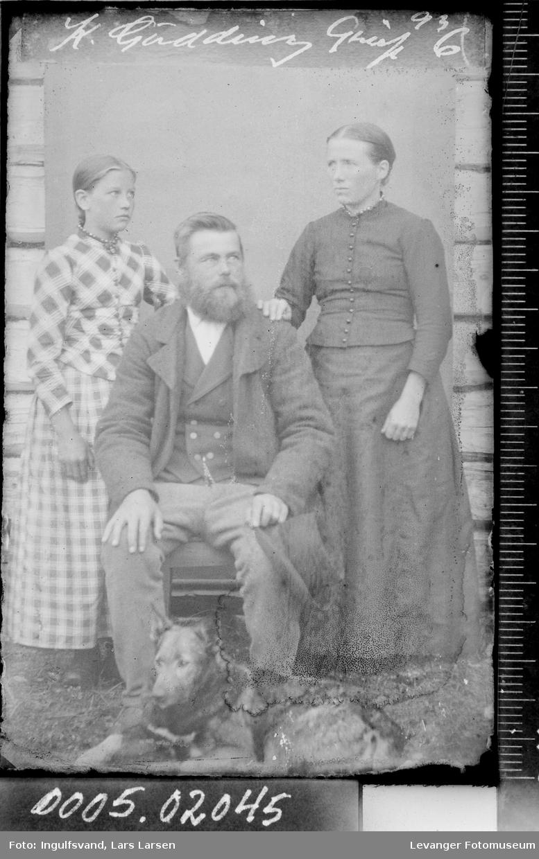 Portrett av en mann, en kvinne og en jente.