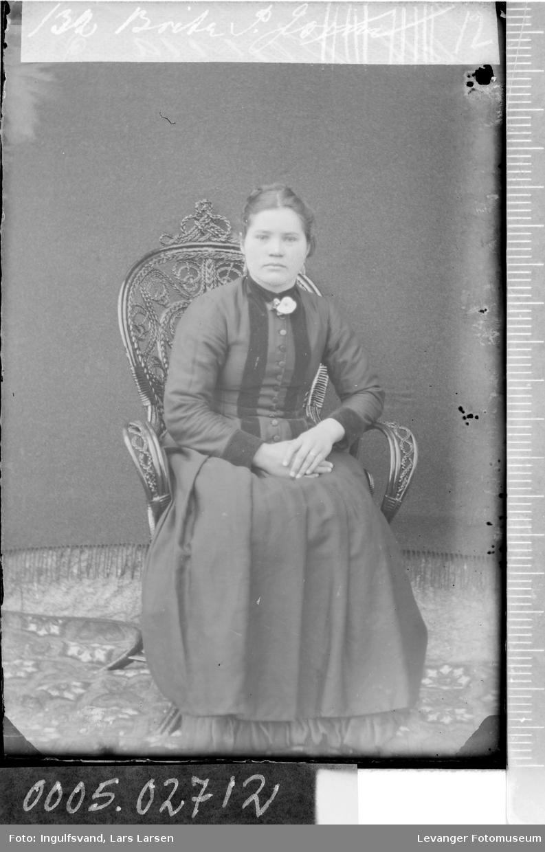Portrett av sittende kvinne.