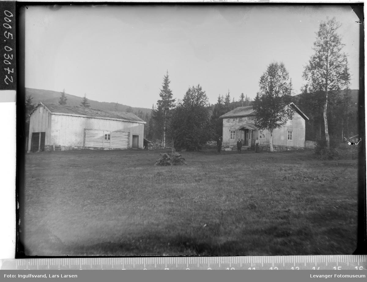 Gårdstun med våningshus og driftsbygning.