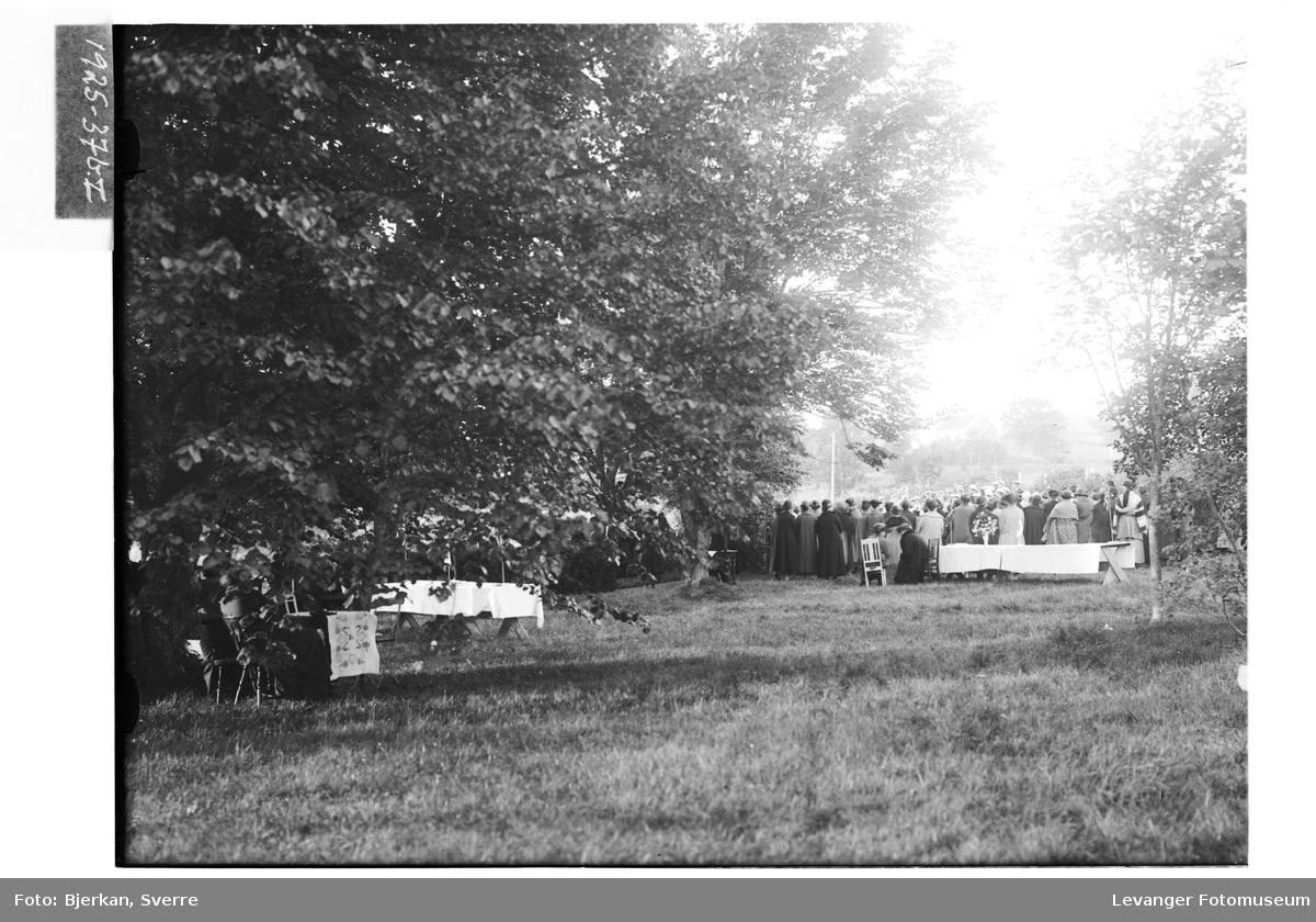 Sanitetsforeningen samlet i hagen på Leira II