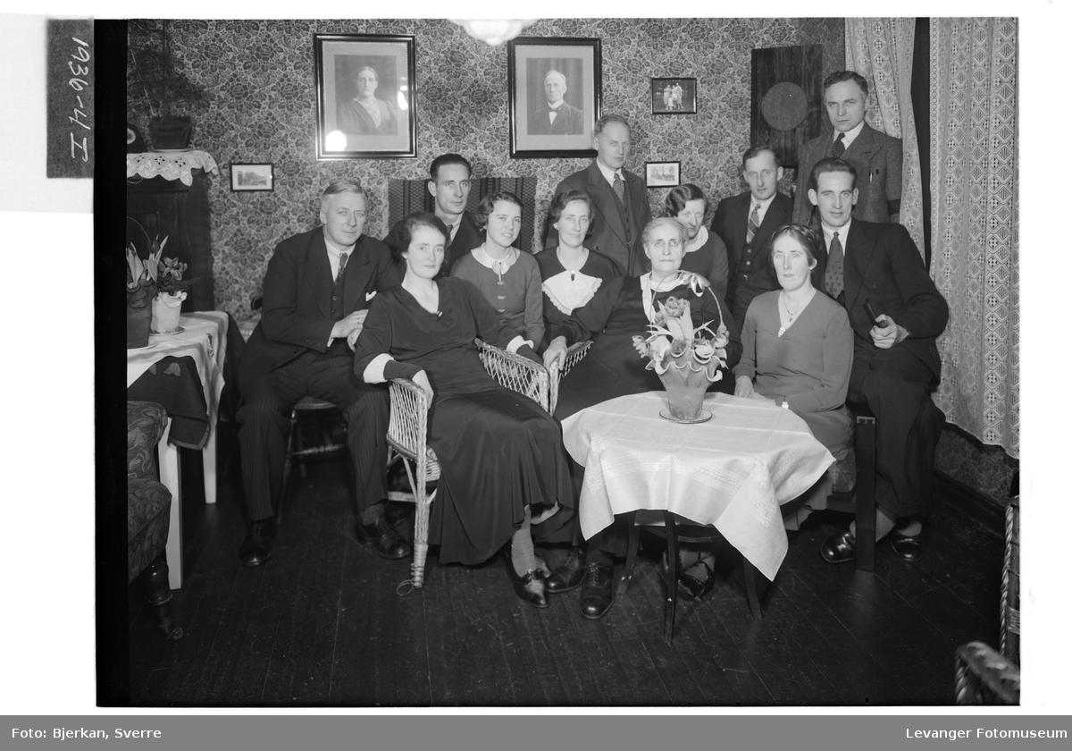 Fru. Moksnes med familie på hennes 70 års dag