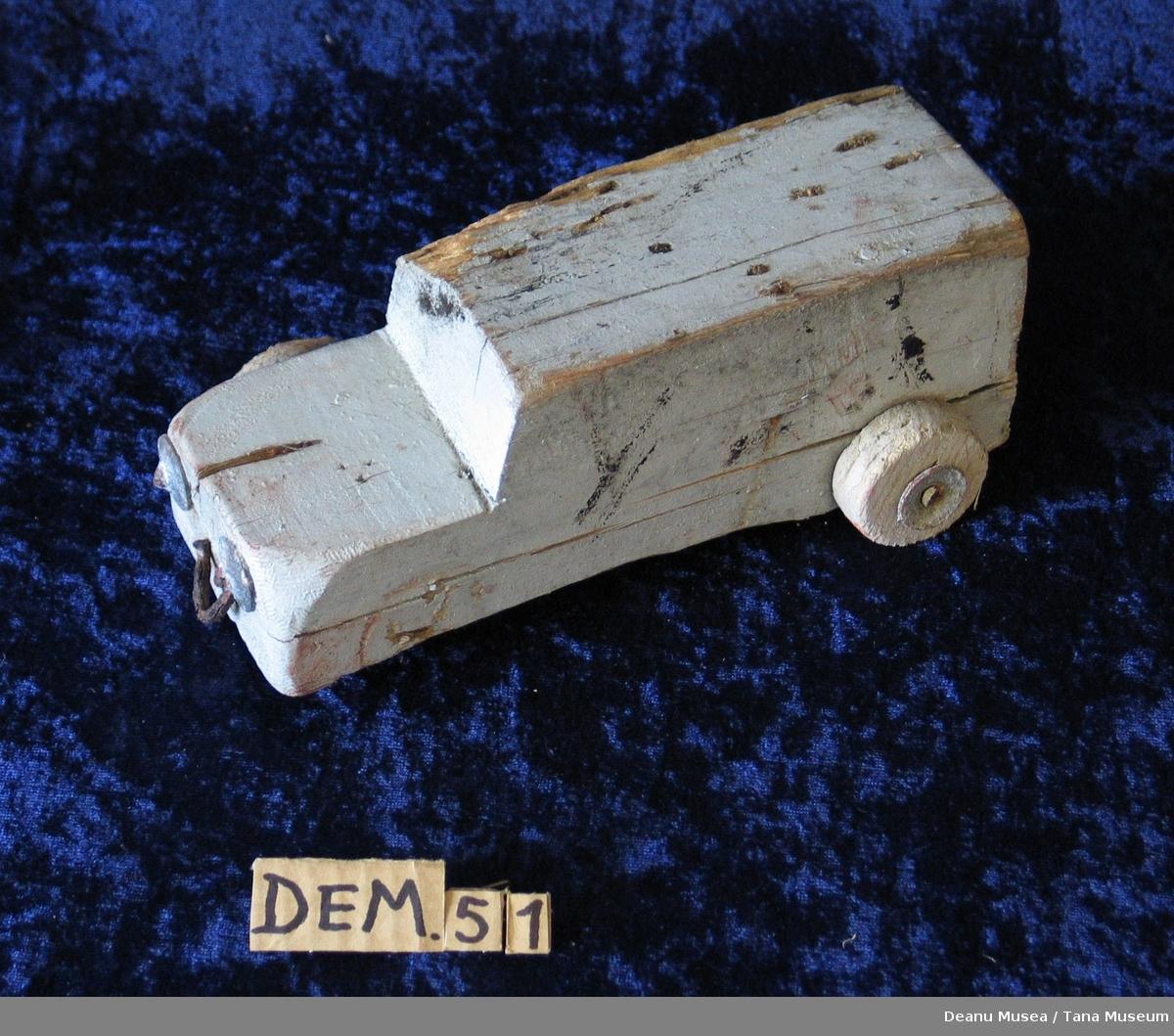 Hjemmelaget lekebil av tre. Formet som en kassebil.