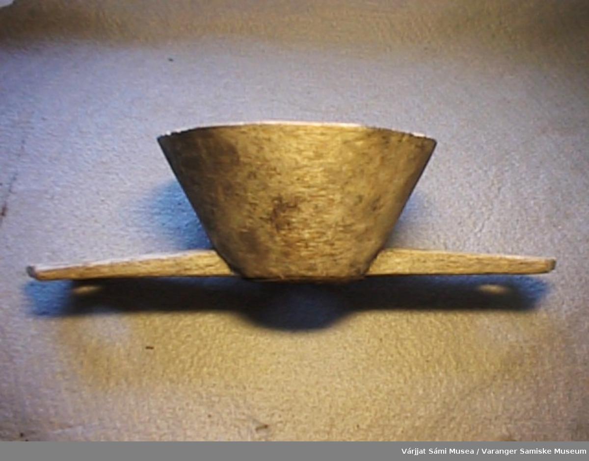 En tresil. Selve sila (filteret) er av jern og festet til treverket med spiker.