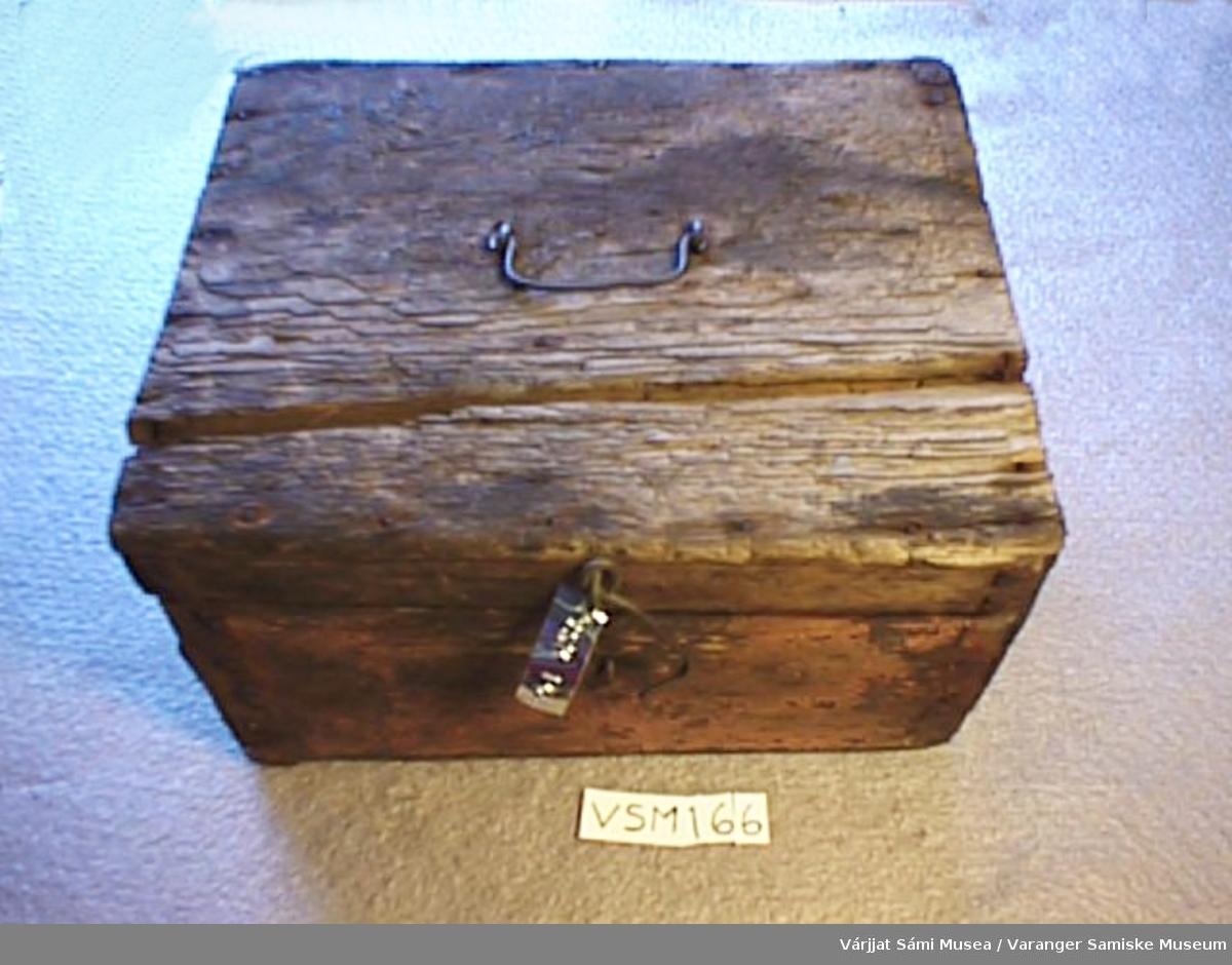 Skrint er av tre. Skrinet ble brukt til oppbevaring av blekkhus og skrivesaker. Inni er det 2 små rom  og en stor. Et håndtak av jern oppå lokket og låset er av jern.