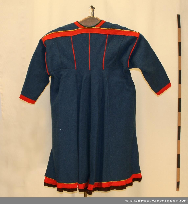Damekofte fra Unjárga / Nessby, av tykk vadmel. Bunnfagre blå med røde og gule detaljer, samt mørkerød holbi.