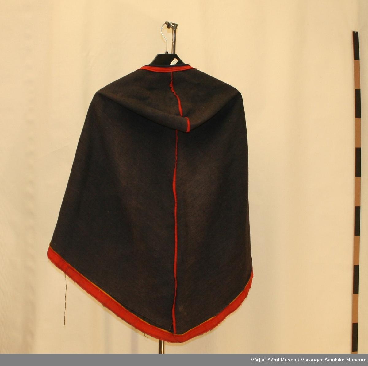 Luhkka sydd av svart/mørkeblå vadmel. Den har bevart svartfargen på innsiden, mens den er grå eller falmet på yttersiden. Den er pyntet med røde kledestrimler rundt åpningen, på ryggen og foran. Nederst er kanten pyntet med en smal gul og en bred rød kledestrimle.