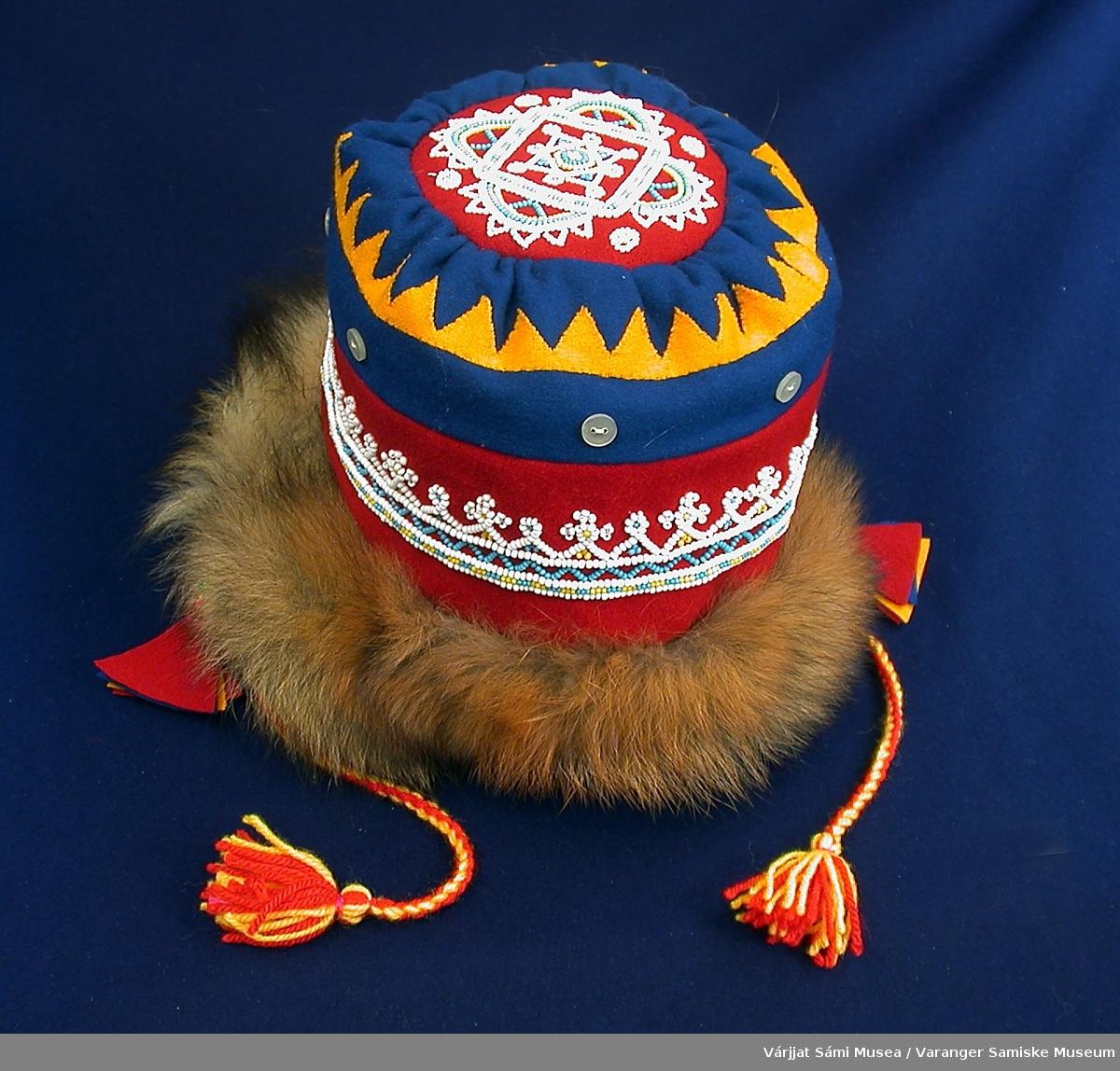 646-1: Jentelue av klede og reveskinn dekorert med perler og knapper. Kledet er i rødt, blått og gult, hvorav det gule utgjør en del av dekorasjonen i form av et sik-sak-bånd. Perlebroderiene er av små glassperler i hvitt, gult og lyseblått. Det ene broderiet går som et bånd rundt hele lua, det andre er en stor rose på toppen av lua.. Rundt lua, over perlebåndet og soom en del av rosemotivet, er det sydd fast halvblanke, hvite knapper. Lua er kantet med reveskinn nederst, nærmest ansiktet. Lua knyttes under haka med tvunnede snorer av ullgarn i gult og rødt. I enden av snorene er det dusker av samme garn. I andre enden av snorene, der de er festet til lua, henger det en dusk på hver side laget av klede i rødt og gult.   646-2: To nåleputer. Den ene av bjørketeger og klede dekorert med perler, den andre av klede dekorert med perler.  Den med teger har rødt klede i midten som er dekorert med glassperler i hvitt, gult og blått i stjernemotiv. Tegeren ligger som en kopp rundt kledet.  Den andre nåleputa er av rødt klede med en ring av hvite perler langs kanten oppe, på toppen/flaten. I midten er det et motiv av hvite, gule og blå perler. Motivet ligenr på symboler fra den samiske sjamantromma, de tre gudinnene Sáráhkká, Uksáhkká og Juoksáhkká. Langs kanten på denne nåleputa er det sydd fast en M av hvite perler.