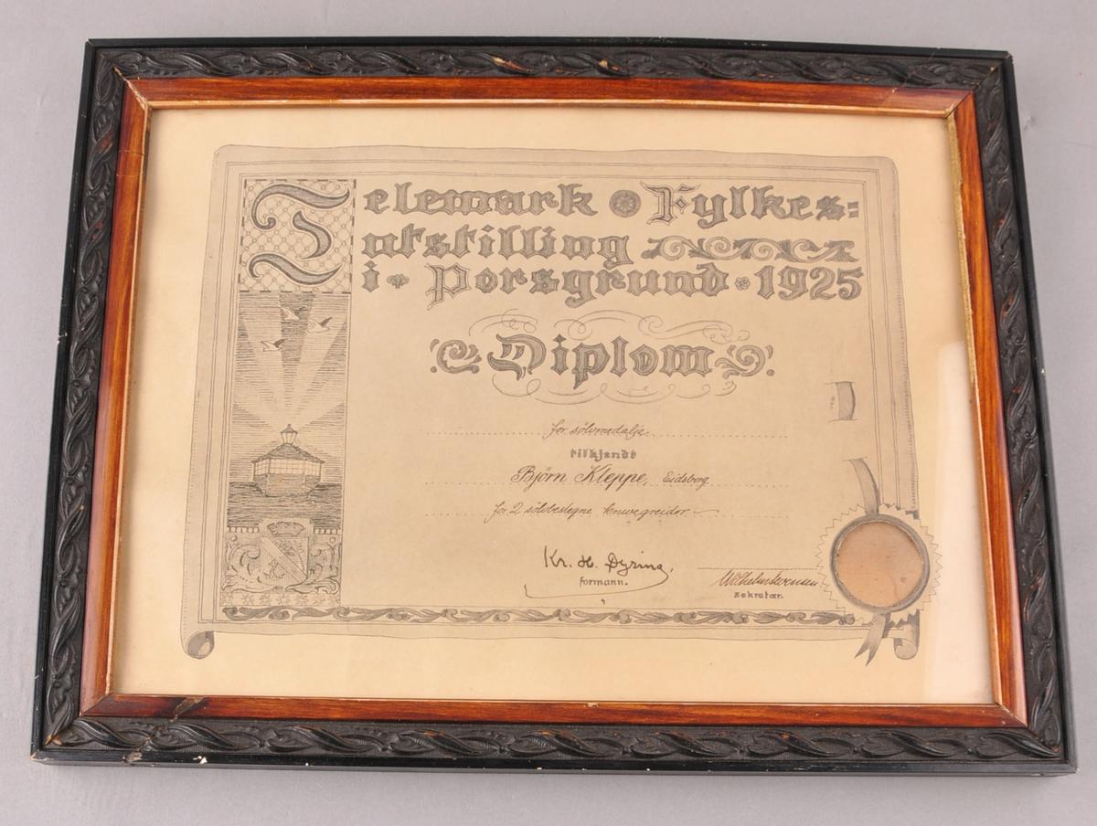 Diplom for knivgreier, frå Telemark fylkesutstilling i 1925. I glas og ramme. Medalja har vore festa til diplomet, men er tatt ut.