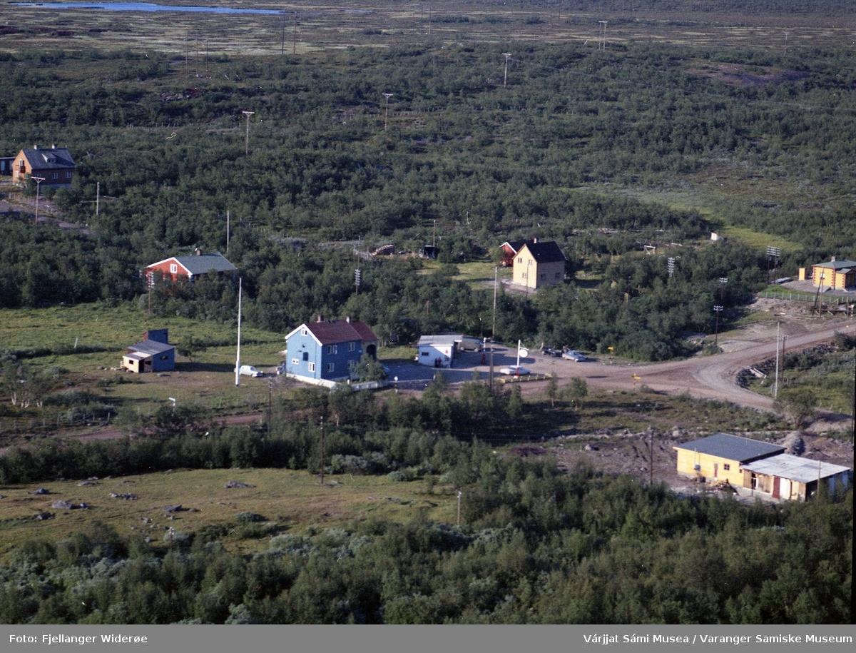 Flyfoto av Vuonnabahta / Varangerbotn i Unjárgga gielda / Nesseby kommune, 1963. Lærerbolig, telegrafstasjon, butikk.