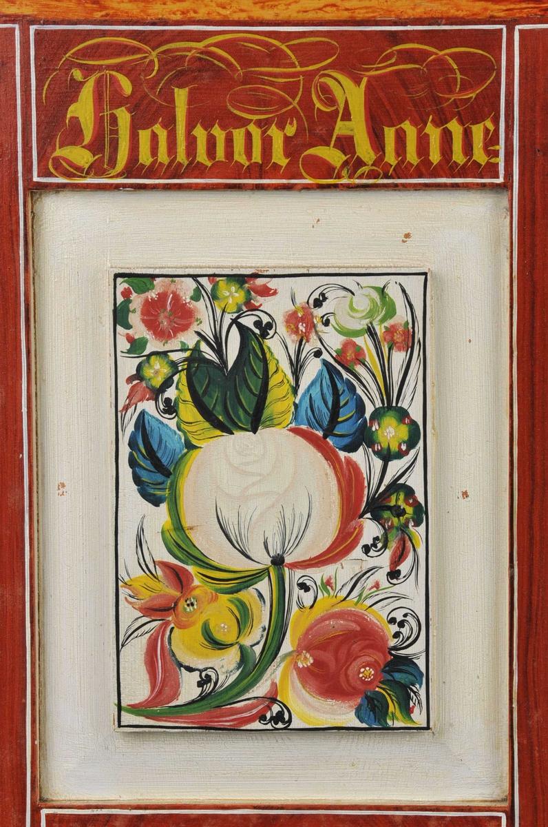 På rød eikebunn (ådring) med rosefelt i kvitt: rosemåla i rødt, gult, grønt og svart. Innvedig er det marmor imitasjon i blått og ein utskoren bord som er måla gul.