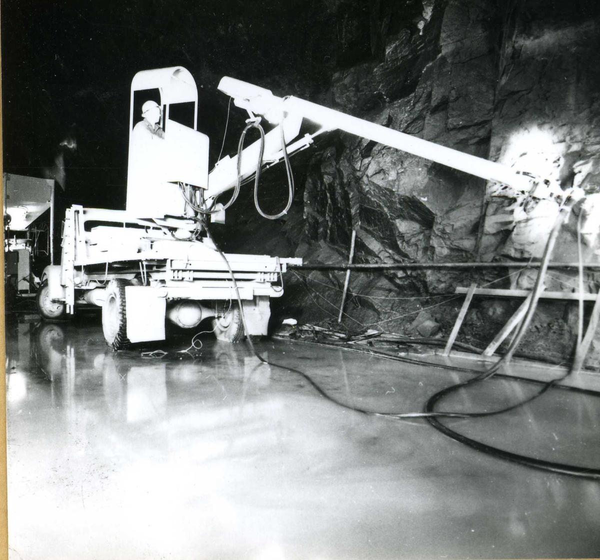 Tilløpstunnel frå Vesås. Bormaskin i tunnel.