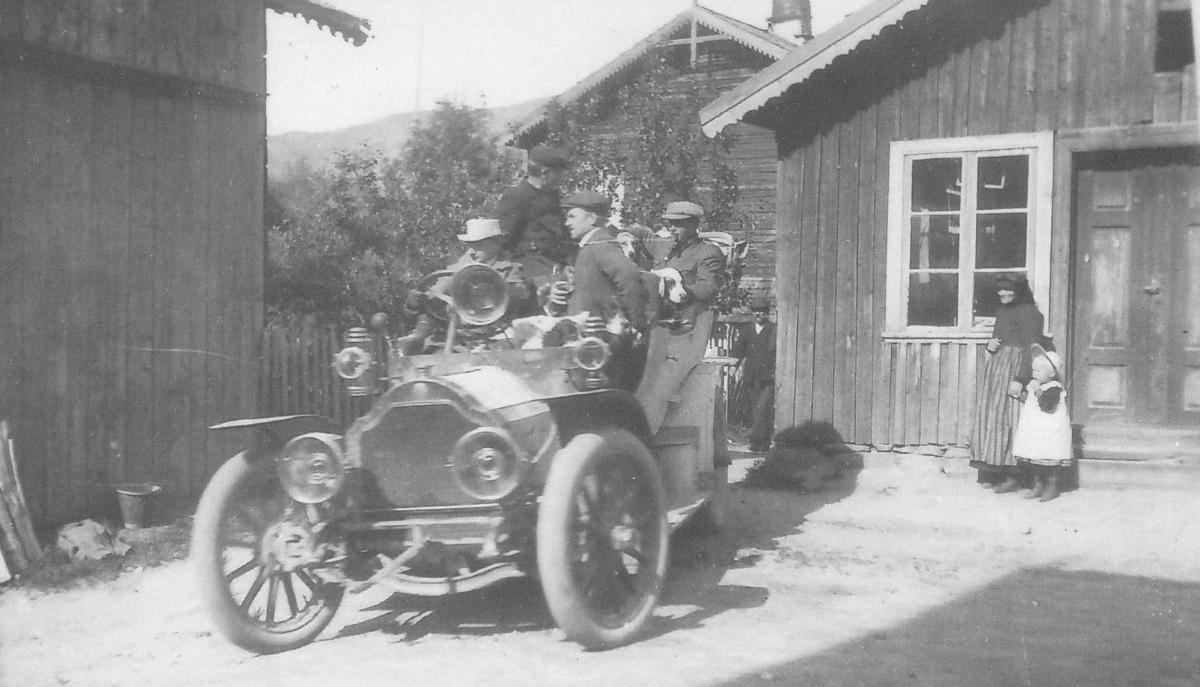 Fyrste drosja på Veum i Fyresdal. Bilen er ein Lorraine Dietrich, ca 1910.