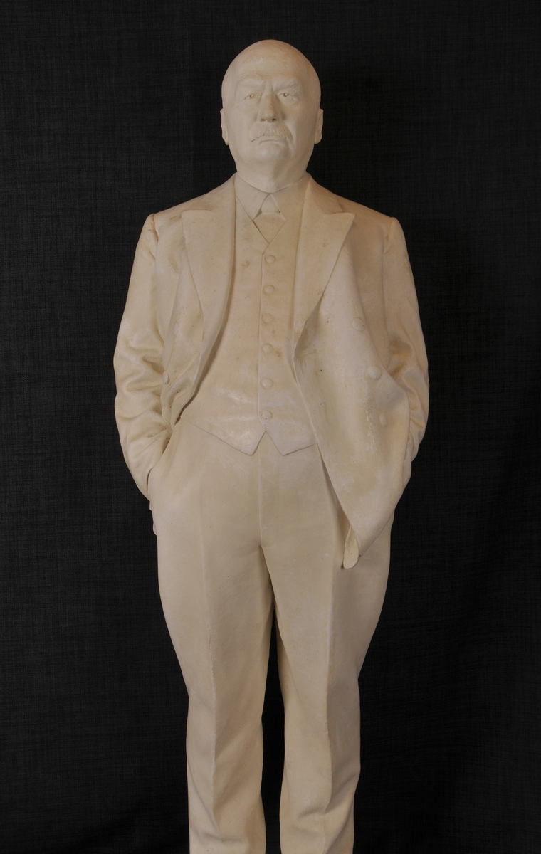 Statue av mann, skipsreder og kommandør Chr. Christensen.