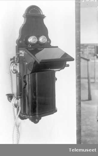 Telefonapparat, magneto veggapparat i tre, mtlf.hengende, kLokke 2000 ohm. New Zeeland. Elektrisk Bureau.
