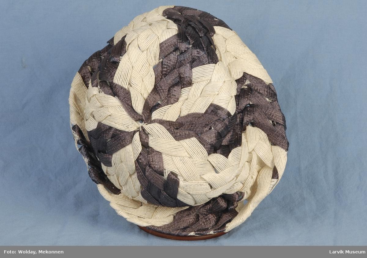 Form: flettede bånd i 5 blå og 5 hvite felter fra