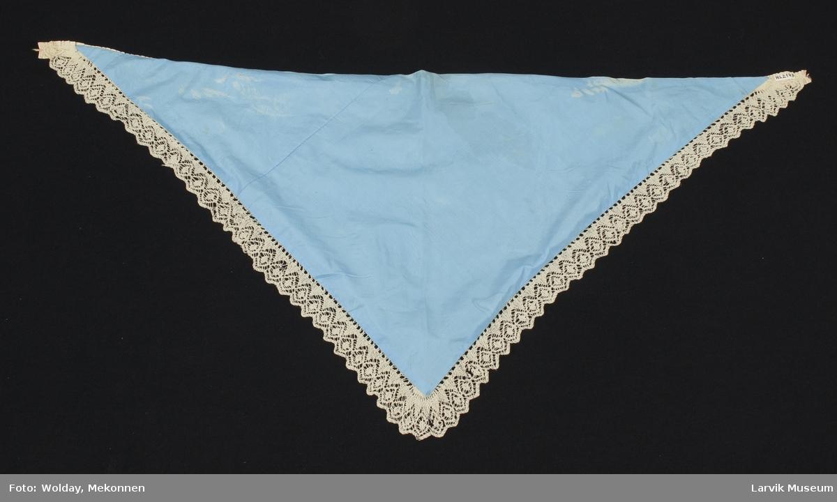 Form: strikket av lyst,tynt ullgarn,rette masker frem