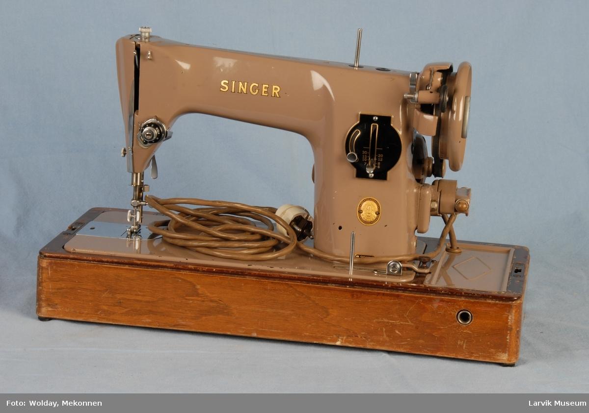 Form: Slank liten symaskin, i boks med buet lokk. Låsbar, liten nøkkel følger med.