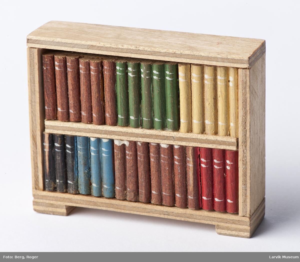 Bokhylle med bøker fast montert