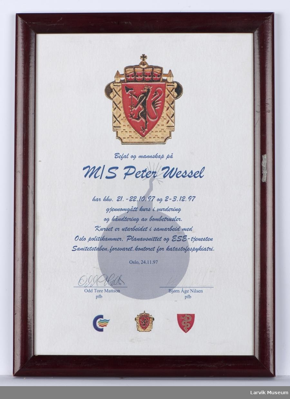 """Diplom til befal og mannskap på M/S """"Peter Wessel for gjennomført kurs i vurdering og håndtering av bombetrusler."""