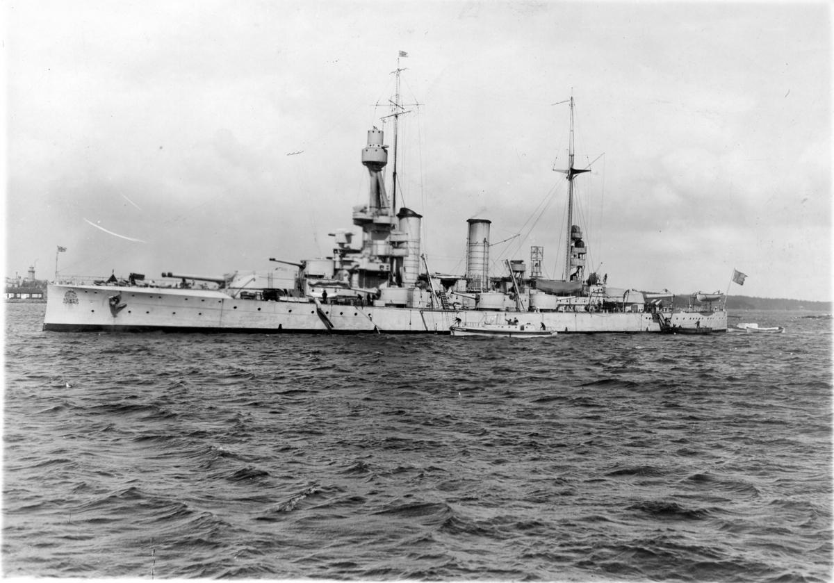 Pansarskeppet Sverige (F-Båten) liggande å redden i Karlskrona