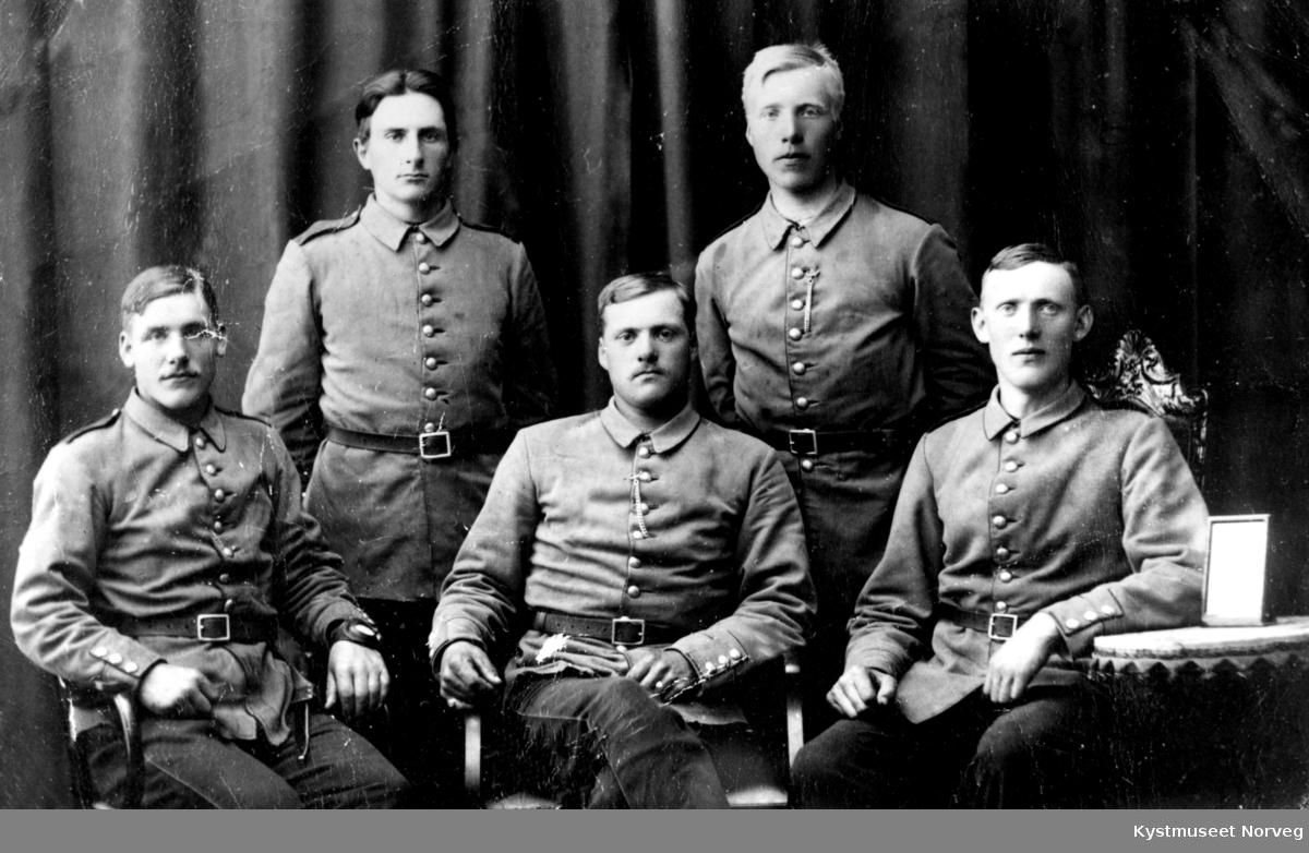 Bak fra høyre: Olav Paulsen. Foran fra venstre:  Kristian Larsen, ellers ukjente soldater