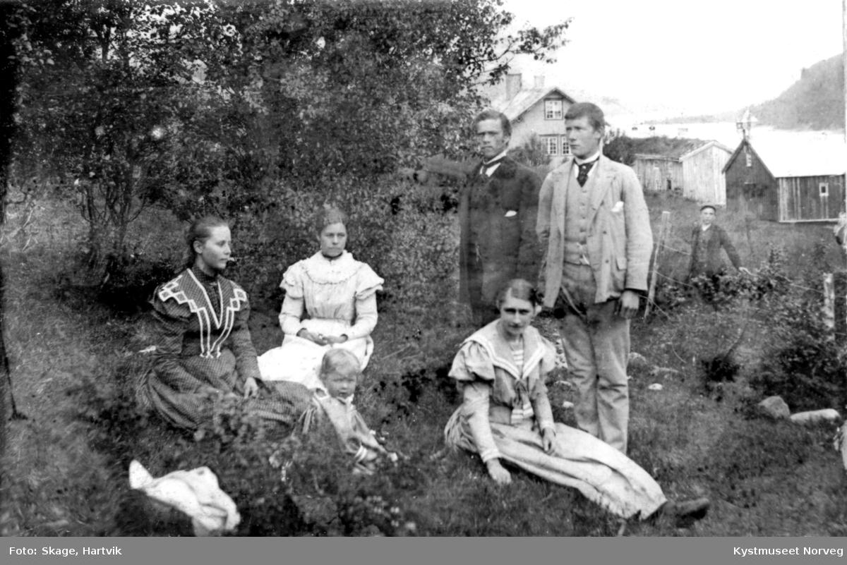 Ukjent familie ute i hage på Hagan i Nærøy