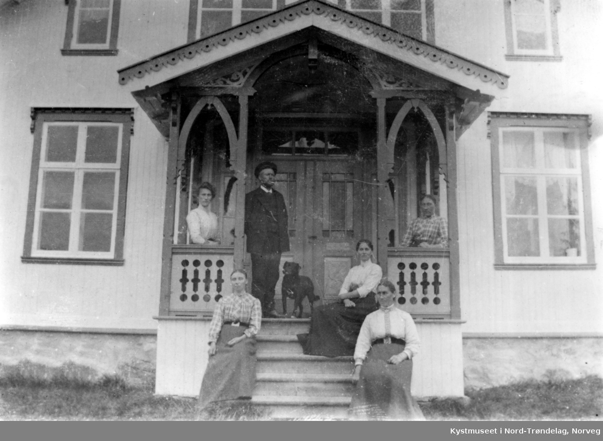Familien Buvik, Lars Buvik med søstrene sine på Finne? i Nærøy