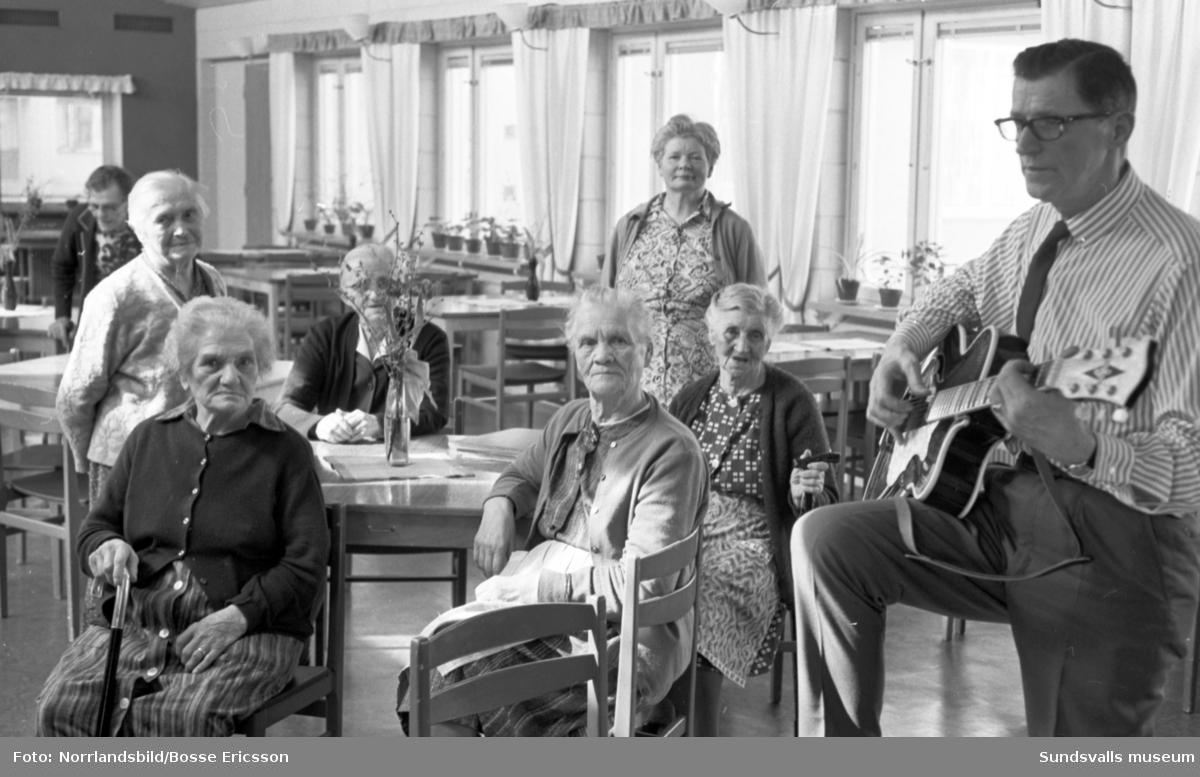 Trubaduren Ragnar spelar på ålderdomshemmet i Haga, Sundsvall.
