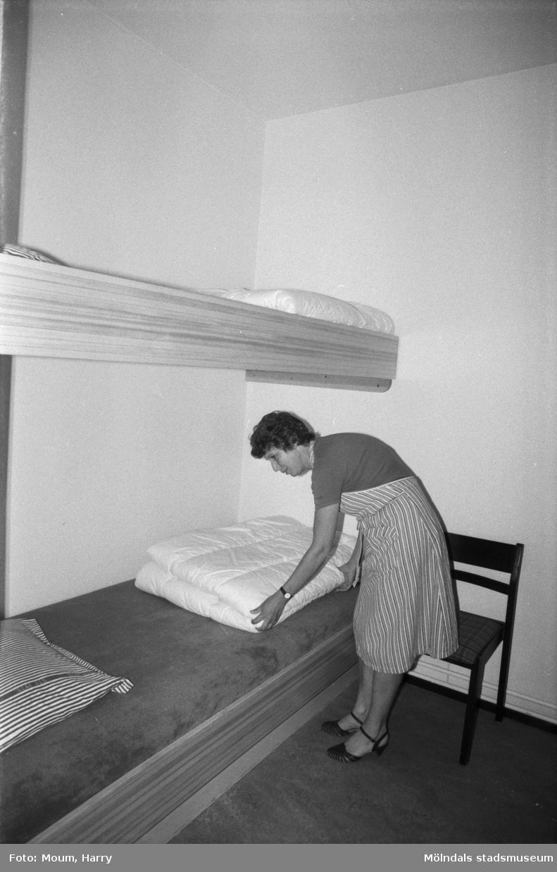 Kvinna iordningställer säng på Torrekulla turiststation i Kållered, år 1984. Fotografi taget av Harry Moum, HUM, Mölndals-Posten.