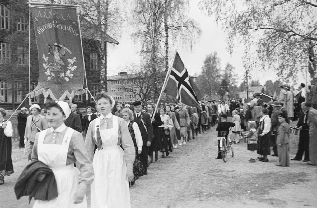 17. mai. Elverum.  1950-tallet.  Folketoget ved Folkvang.