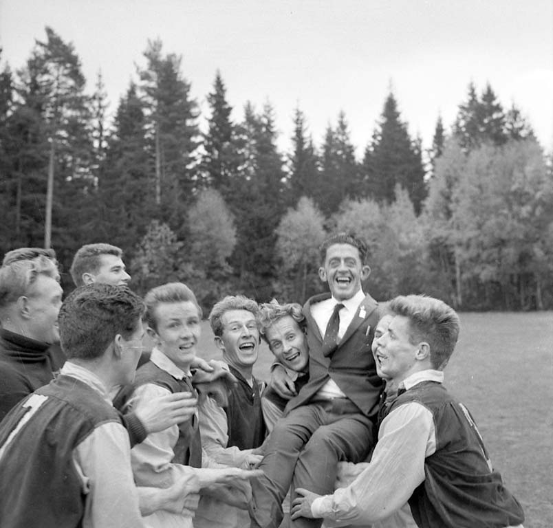 Fotbollslaget Grundsund hissar sin lagledare Arthur Johansson efter segern i divition IV, 1960