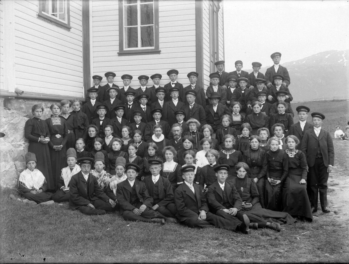 Gruppebilde av konfirmanter utenfor Tysfjord kirke.