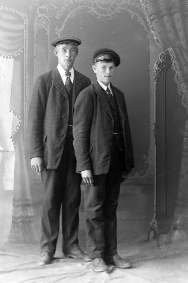 Studioportrett av to unge menn fra Melvik.