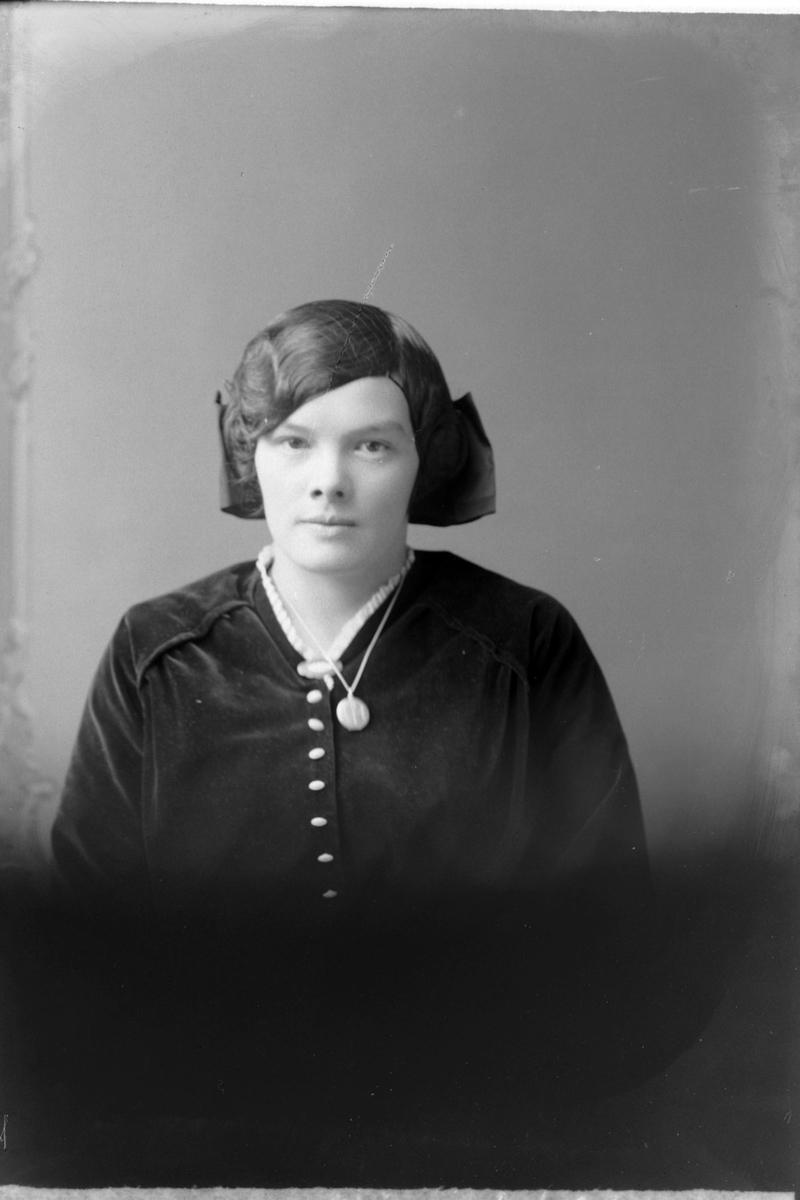 Studioportrett av en kvinne med hårnett.