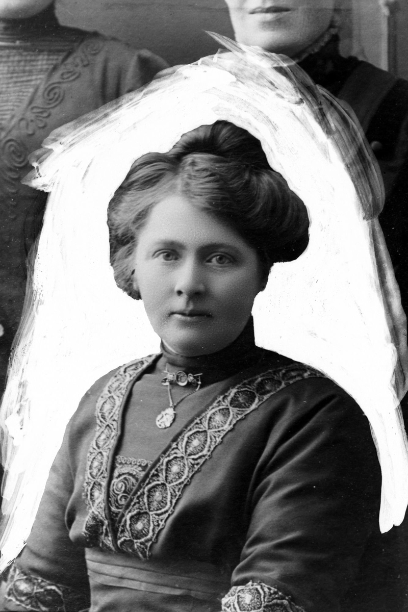 Studioportrett av en kvinne med kraftig retusjert bakgrunn.