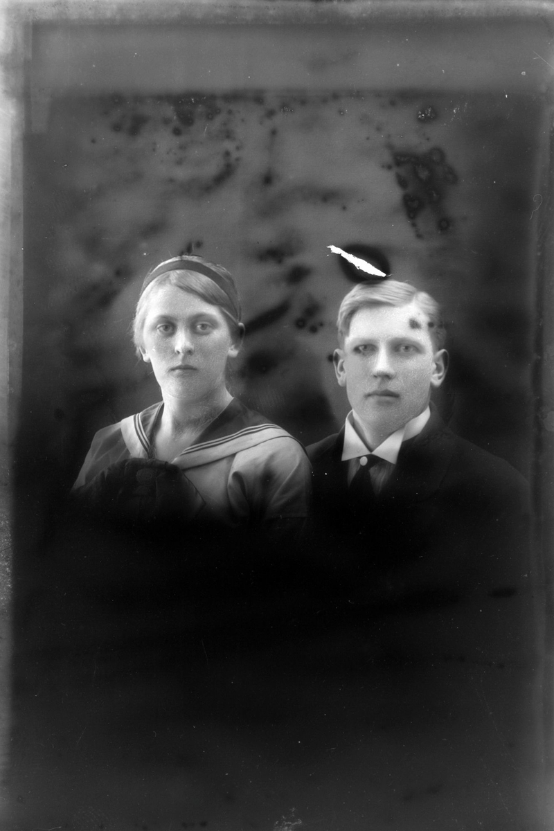 Studioportrett av en mann og kvinne i halvfigur.