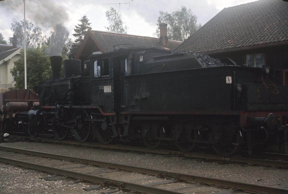 Grustog på Roverud stasjon, trukket av damplok type 21c nr. 372.