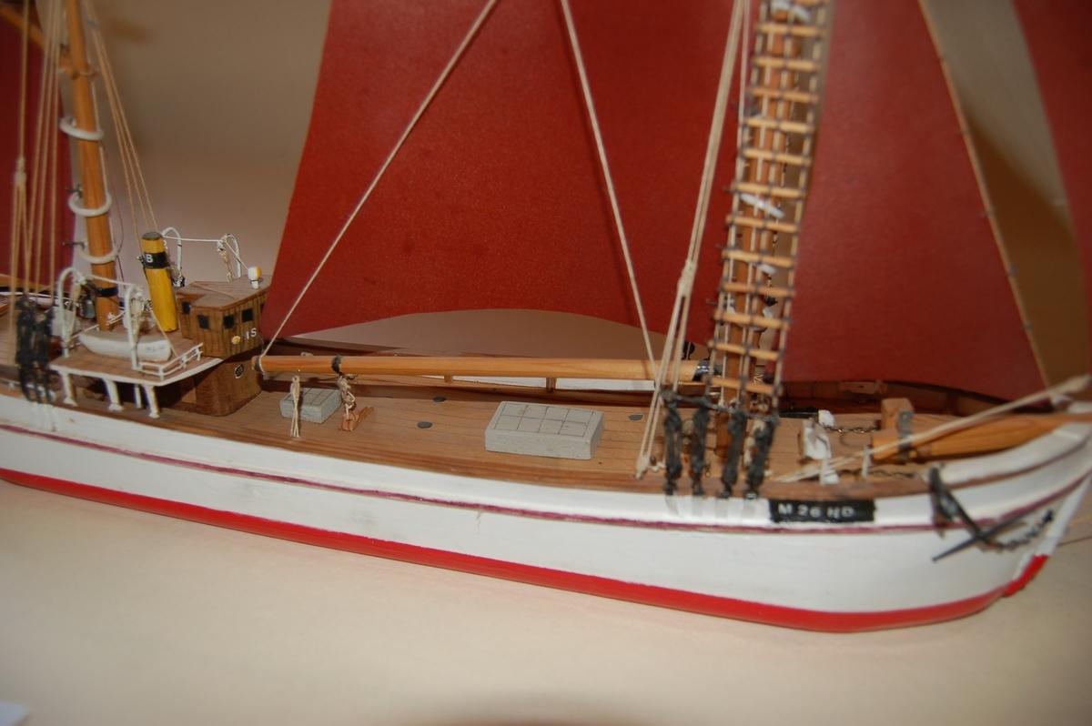 """Modellen er en kopi av """"Islysl"""" som var bygd i tre med isklasse for ferdsel i arktiske områder. Skuten har full seilføring og utkikstønne i formasten, slik skipperen lettere kan dirigere skuten gjennom isen derfra."""