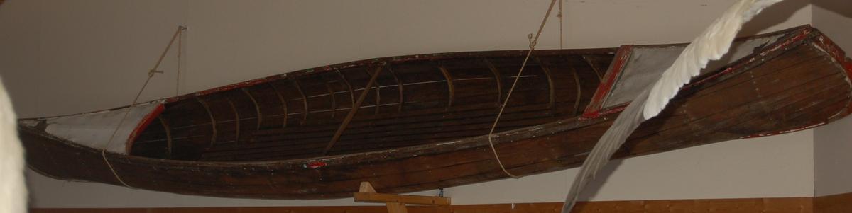Kanoen er kravellbygget etter modell av ein indianerkano etter kanadiske teikninger.