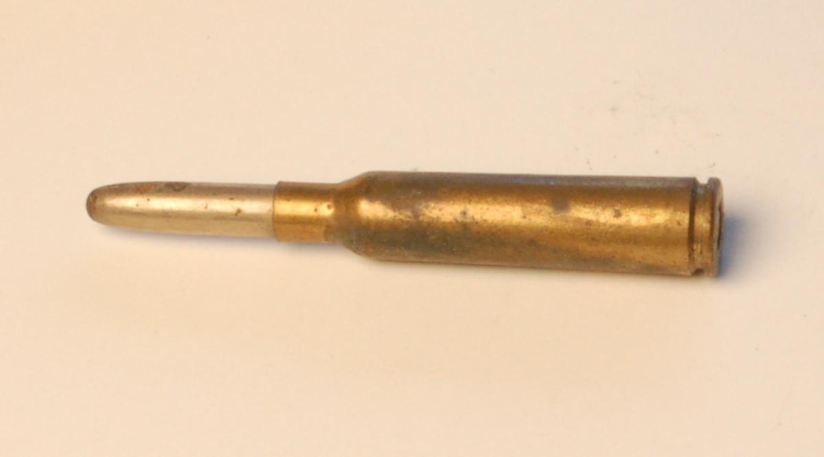 Fulladet flaskeformet geværpatrone i 6,5 mm. med blyspiss.
